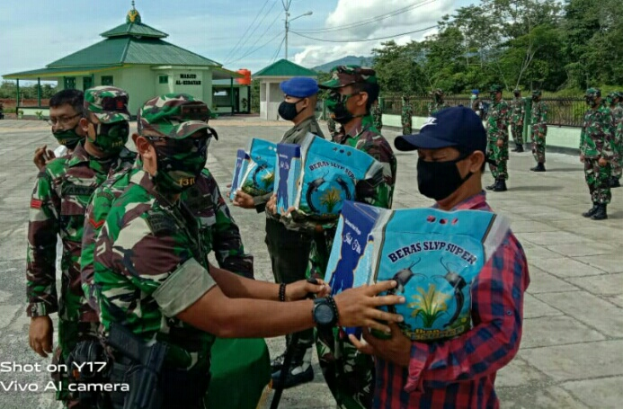 Photo Dandim 1311 morowali Letkol Inf. Raden Yoga Raharja serahkan Paket lebaran kepada anggota dan insan Pers.