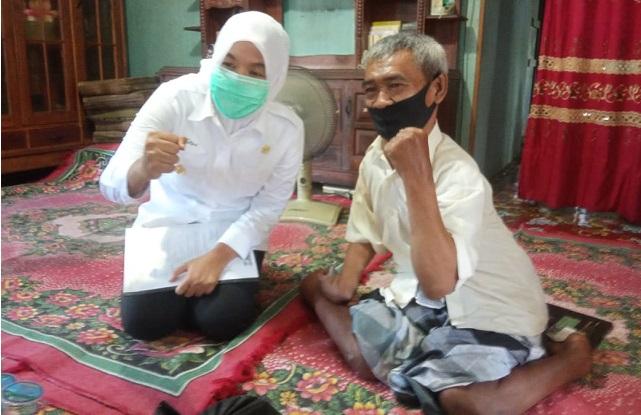 Wakil Wali Kota Palembang Fitrianti Agustinda saat mengunjungi Pak Ibrahim