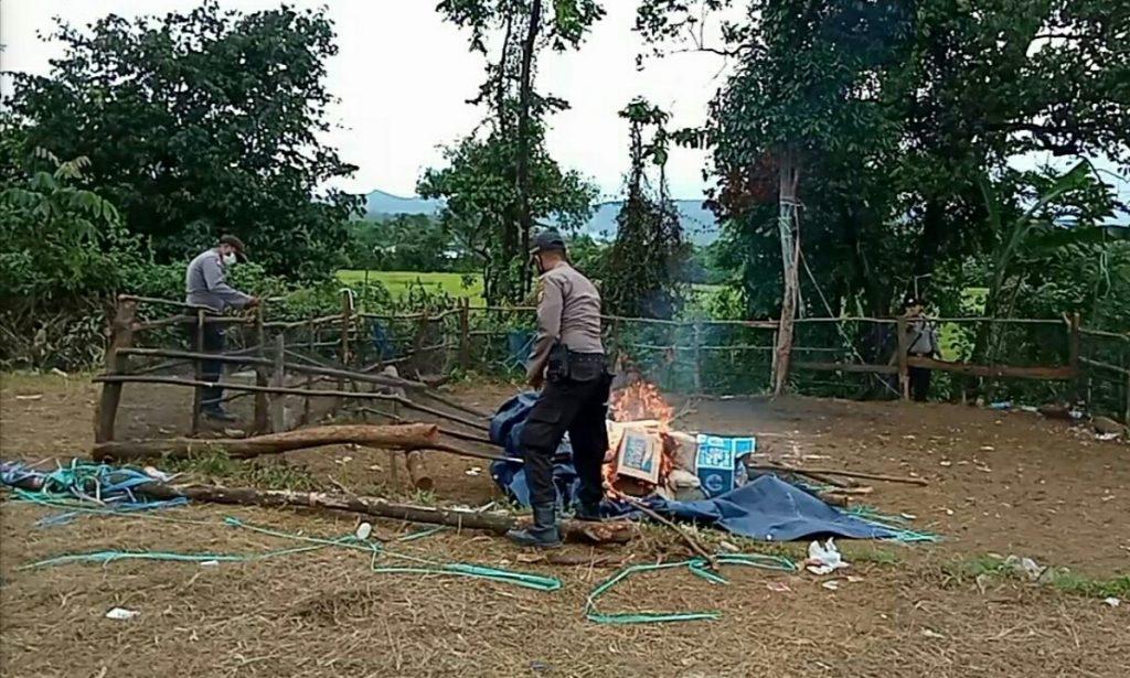 Arena judi sabung ayam di desa Bahomakmur di musnahkan polisi