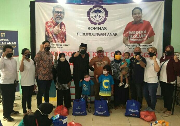 Arist Merdeka Sirait Ketua Umum Komnas Perlindungan Anak dan EZY Ketua Ezy Pratama Foundation Penyerahan Bantuan Sosial Spesifik Kebutuhan Dasar Anak dan Perempuan dukungan Kemen PPPA - RI