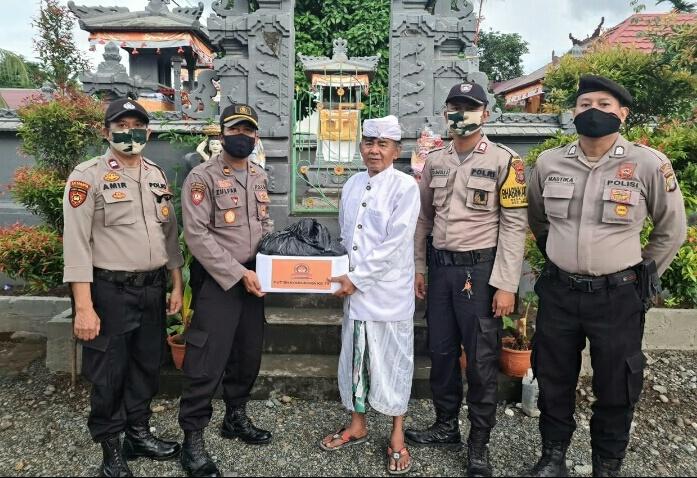 Poto : Kapolsek Bahodopi serahkan paket Sembako Beras Polri kepada pengurus rumah ibadah