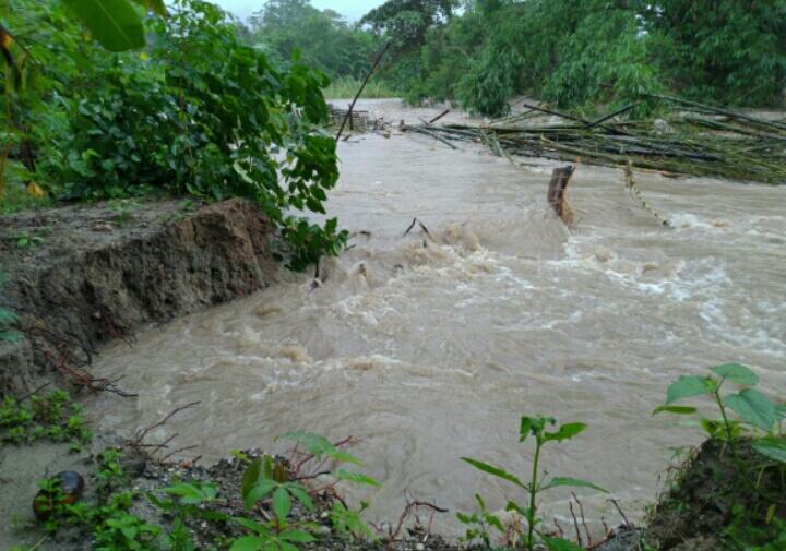 Sungai Naka ( kompleks perumahan dinas polsek bungku tengah ) mulai tergerus air