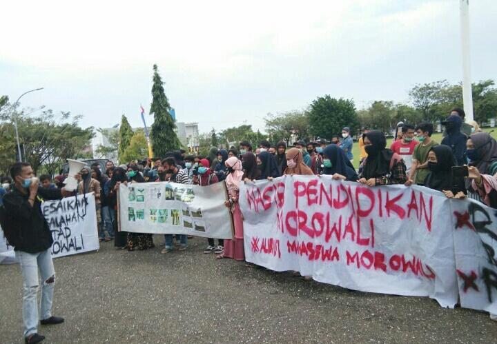 Poto : 1.AMM- M saat unjuk rasa di depan kantor Bupati Morowali 2. Bupati morowali menerima mahasiswa di kantor Bupati