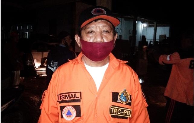 Ismail Rasuna  (Kepala BPBD Morowali) saat memantau pengungsi.