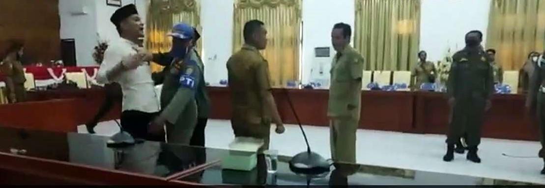 Foto: Ketua DPRD Tolitoli, Randi mengamuk saat RDP dengan BKD.