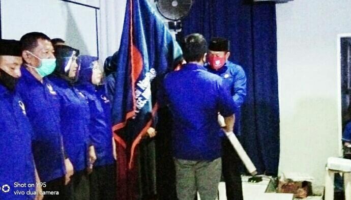 Ket poto 1. Ketua DPD bersama Pengurus DPC NasDem Kecamatan Bungku timur 2.penyerahan bendera Petak kepada ketua DPC bungku timur oleh ketua Dewan pertimbangan DPD NasDem morowali