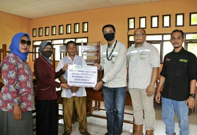 Poto : koordinator Community Development/CSR departemen eksternal IMIP serahkan bantuan meubiler kepada SDN Kurisa