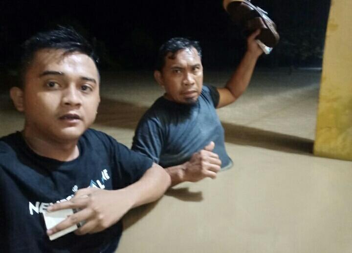 Ket Poto : nampak warga desa Bente evakuasi diri   Banjir rendam desa Bente kecamatan Bungku tengah Morowali