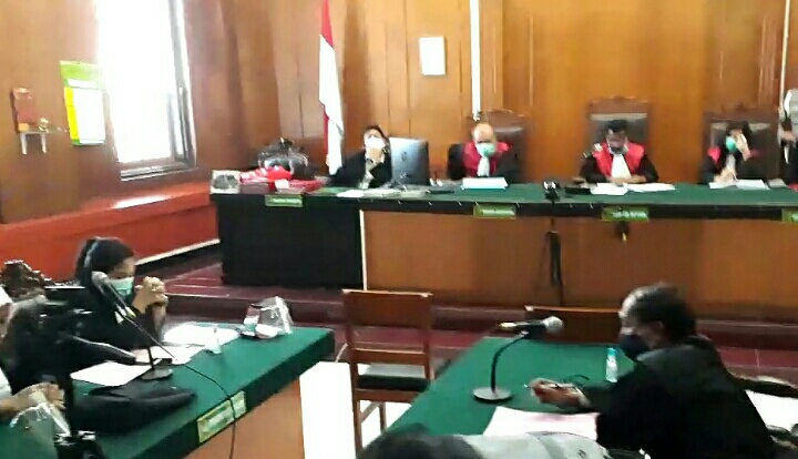 Suasana sidang pembacaan Putusan atas perkara kejahatan seksual yang dilakukan Pendeta Hanny Layantara di PN Surabaya Selasa 22/09.