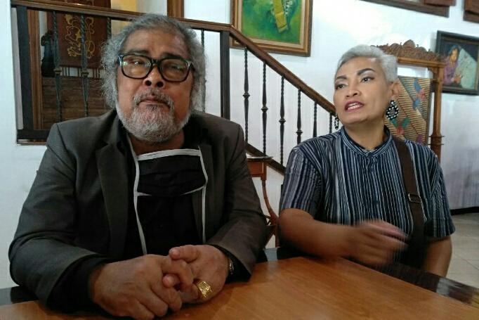 Arist Merdeka Sirait Ketua Umum Komnas Perlindungan Anak bersama Eidden Bethania Thenu mewakili Keluarga korban memberi keterangan pers usai pembacaan tuntutan oleh majelis hakim PN Surabaya.