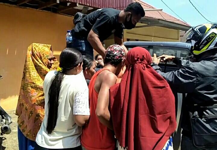 Ket poto 1.Personil Polsek Bahodopi mengevakuasi mayat bayi 2.Mayat Bayi di temukan dibawah kolom rumah