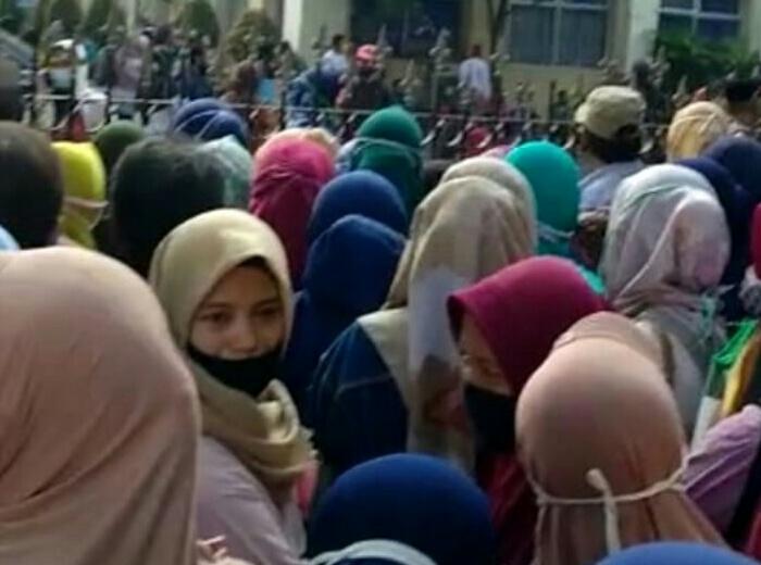 Kerumunan massa saat pendaftaran Stimulus UMKM Offline di Gedung Cisadane Kota Tangerang Senin,(19/10/20)