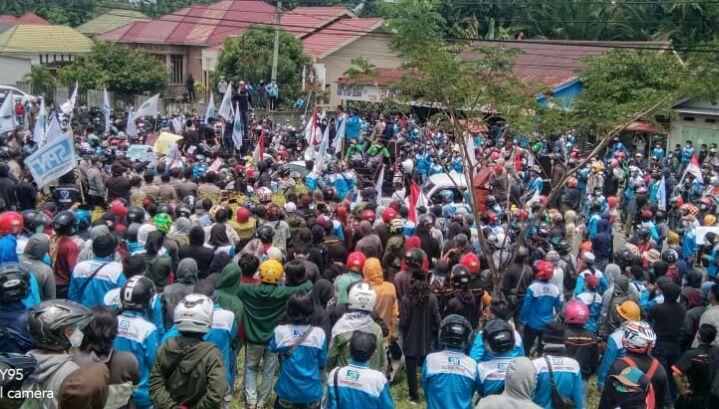 Photo Massa Aksi Berorasi di depan DPRD Morowali. Photo Ketua DPRD Morowali temui Massa aksi gerbang kantor DPRD Morowali.