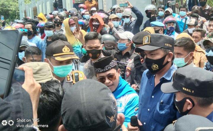Photo Ketua DPRD Morowali temui Massa aksi gerbang kantor DPRD Morowali.