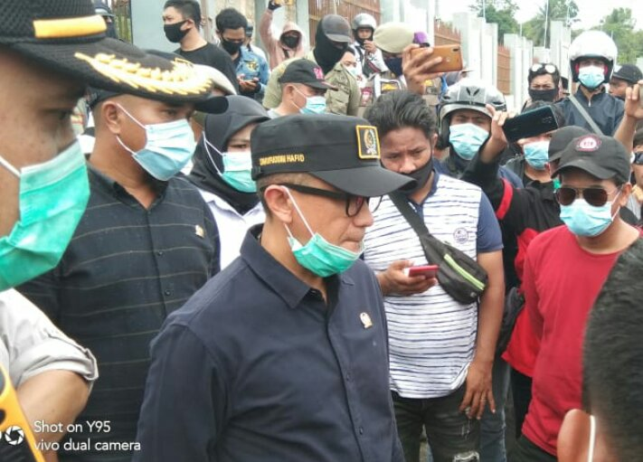 Ket poto  1. Massa aksi Demo DPRD Morowali  2.H.Sarifudin Hafid .SH  ( wakil ketua satu DPRD Morowali ) menerima Massa Aksi