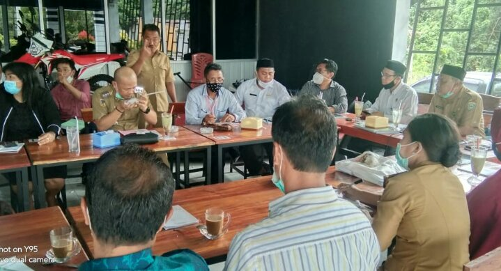 Ket poto 1. Abd Majid Samsudin ( Kades Bahodopi ) 2. rapat FKUB bersama Kesbang Pol dan pemerintah kecamatan Bahodopi