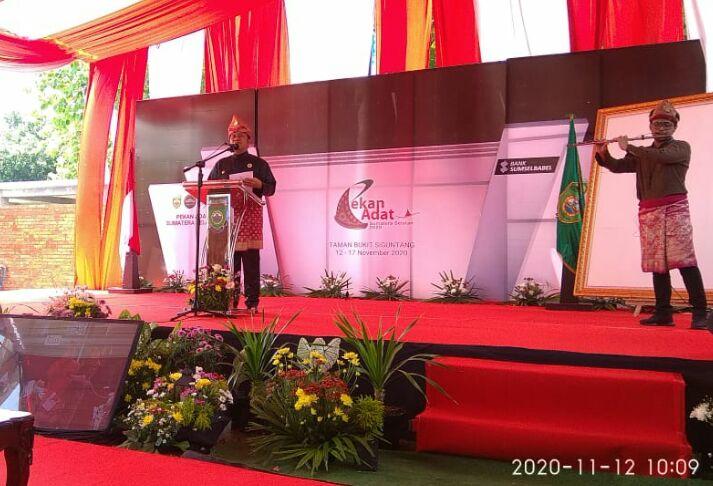 Baca Puisi oleh Gubernur Sumsel, H.Herman Deru, yang diiringi musik Seruling diatas pentas acara Pembukaan Pekan Adat Sumsel 2020, pagi tadi, di Taman Bukit Siguntang, Palembang, Kamis (12/11/2020).