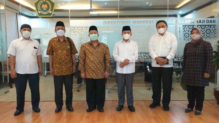 Photo Ketua Umum Pengurus Besar Mathla'ul Anwar (PBMA) KH Ahmad Sadeli Karim (ketiga dari kiri) usai diterima Plt Dirjen Penyelenggaraan Haji dan Umrah Kemenag Prof. Oman Fathurohman (ketiga dari kanan) di Jakarta, Selasa, 23 Februari 2021 (Foto: Istimewa)