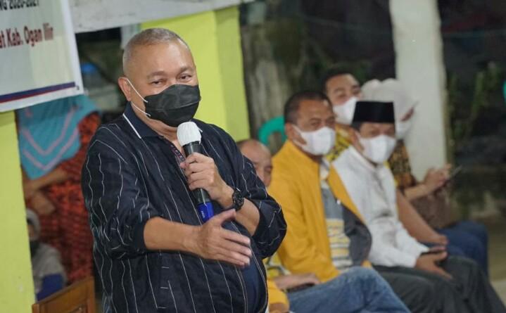 Caption : Pimpinan Komisi VII DPR RI H Alex Noerdin kembali melakukan kunjungan untuk meresmikan penngunaan PJUTS, kunjungan kali ini di Desa Sarang Elang, Kecamatan Pemulutan Barat, Kabupaten Ogan Ilir, Jumat Malam (26/2).