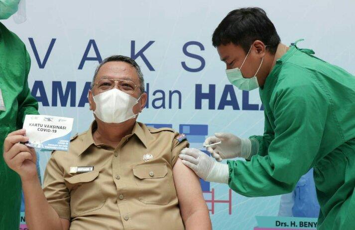 Poto:Wakil Walikota Tangerang Selatan Benyamin Davnie saat di Vaksin Covid-19