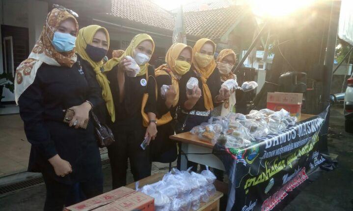 kegiatan berbagi ta'jil yang dilaksanakan di Depan Kantor Sekber Bamus Maskot jalan raya Cipondoh